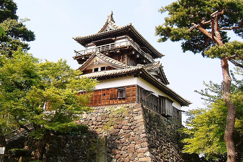 """于1576年由柴田胜家的外甥胜丰建造而成。平成18年被认定为""""日本百大名城""""。丸冈城周围环绕着大约400株樱花树,每当樱花盛开之际,仿佛整个城堡漂浮在淡粉色的云霞上,城堡也因此被誉为""""霞城"""",同时也被选入樱花名所100选之中。"""
