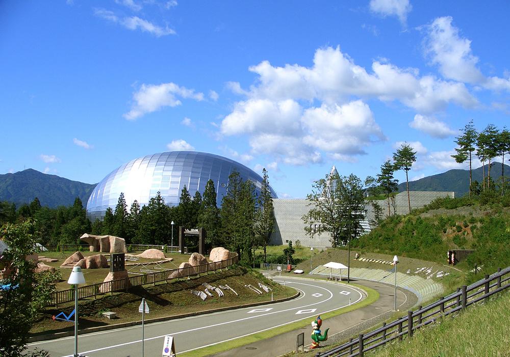 这里是国内最大规模,展示有关恐龙的资料的恐龙博物馆。展览室足有4,500平方米,是一座不论大人还是小孩都可以快乐学习的博物馆。