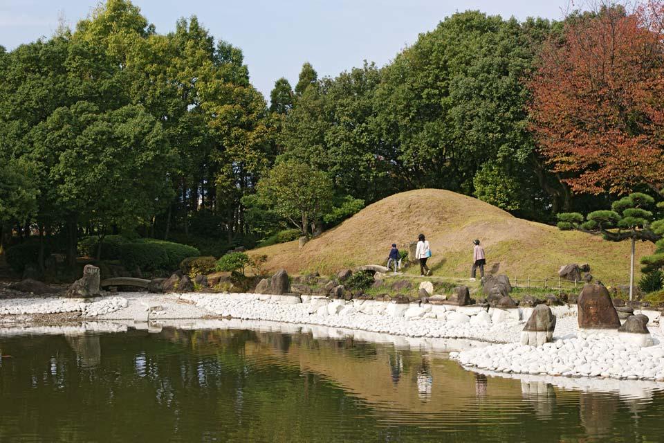 요코칸 정원은 에도 시대에는 '고이즈미미즈야시키'라고 불린 구 후쿠이 번주 마쓰다이라가의 별저입니다. 서원 건축과 회유식 임천정원 덕에 에도 중기의 대표 명원 중 하나로 널리 알려져 학술적으로도 높은 평가를 받고 있습니다.