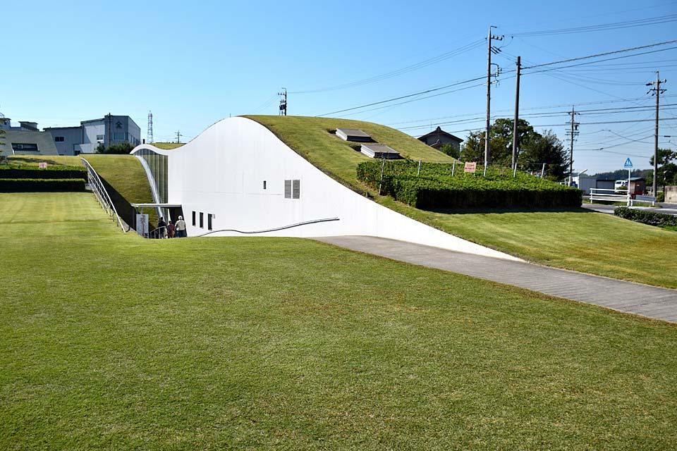 这是创作出《小狐狸阿权》等许多名作,在半田市出生的童话作家新美南吉的纪念馆。纪念馆的屋顶呈流线型,并被草地覆盖,建筑物呈半地下式,造型独特。在这里,新美南吉的世界毫无保留地展现了出来。除了南吉的粉丝,日本各地都会有很多人造访此处。
