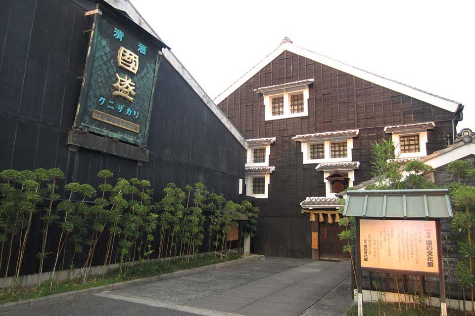 国盛酒文化馆是于1985年创立的酒文化馆。其创立目的是为了加深对日本酒的知识和理解,以及传承先人们的传统技巧、道具等珍贵的文化遗产。这里将1972年为止的大约200年间,实际做过酿酒的酒窖直接还原了出来。这座建筑就是东海地区酿酒史的讲述者。