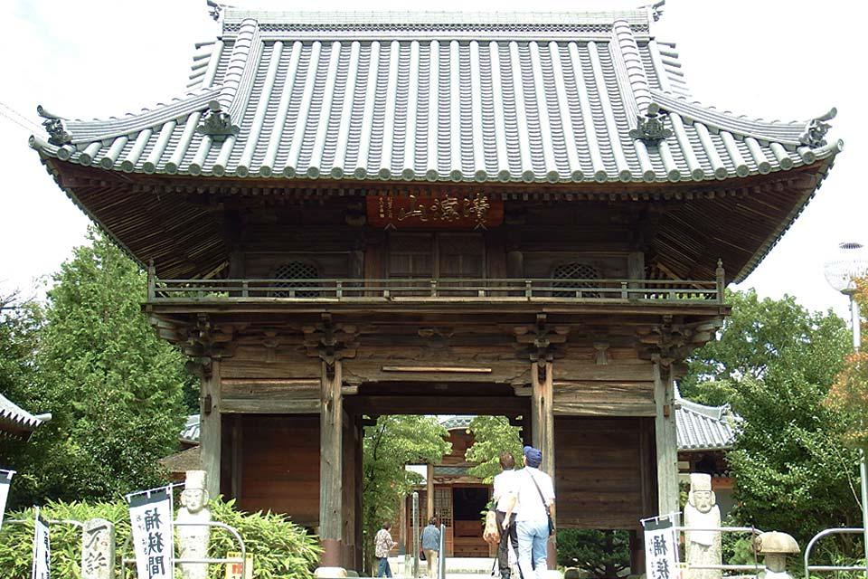 据说,弘法大师在走访知多半岛之际,曾惊讶于知多的风景实在与四国非常相似。在那之后文化6(1809)年,妙乐寺(79号)主持亮山阿闍梨,因弘法大师托梦而发愿,并在冈户半藏、武田安兵卫两位行者的协助下,创立了知多四国灵场。