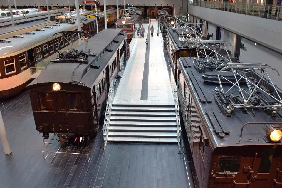 模型やシミュレータ等を活用し、子どもから大人まで楽しく学べる空間 それが「リニア・鉄道館」です。 実際に触れて、体験して鉄道のしくみや歴史を楽しく学ぼう!
